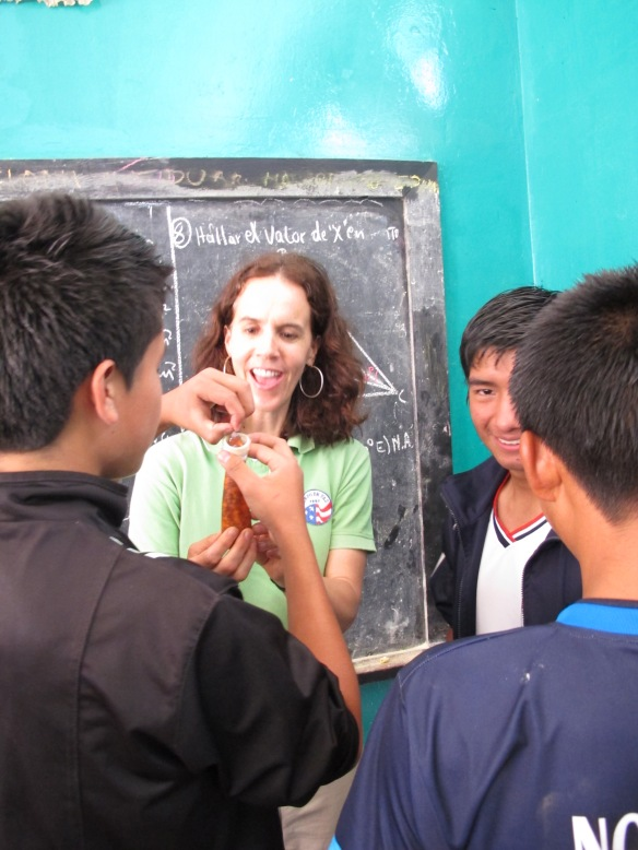 Los alumnos muestran como usar condones en una carrera de condones